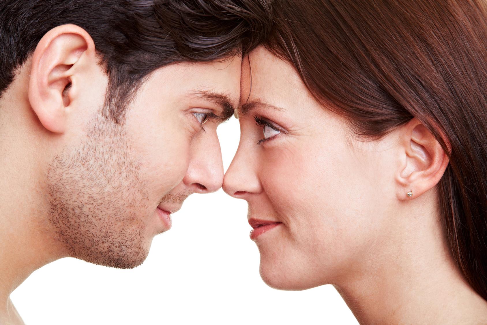 Glückliches Paar schaut sich tief verliebt in die Augen