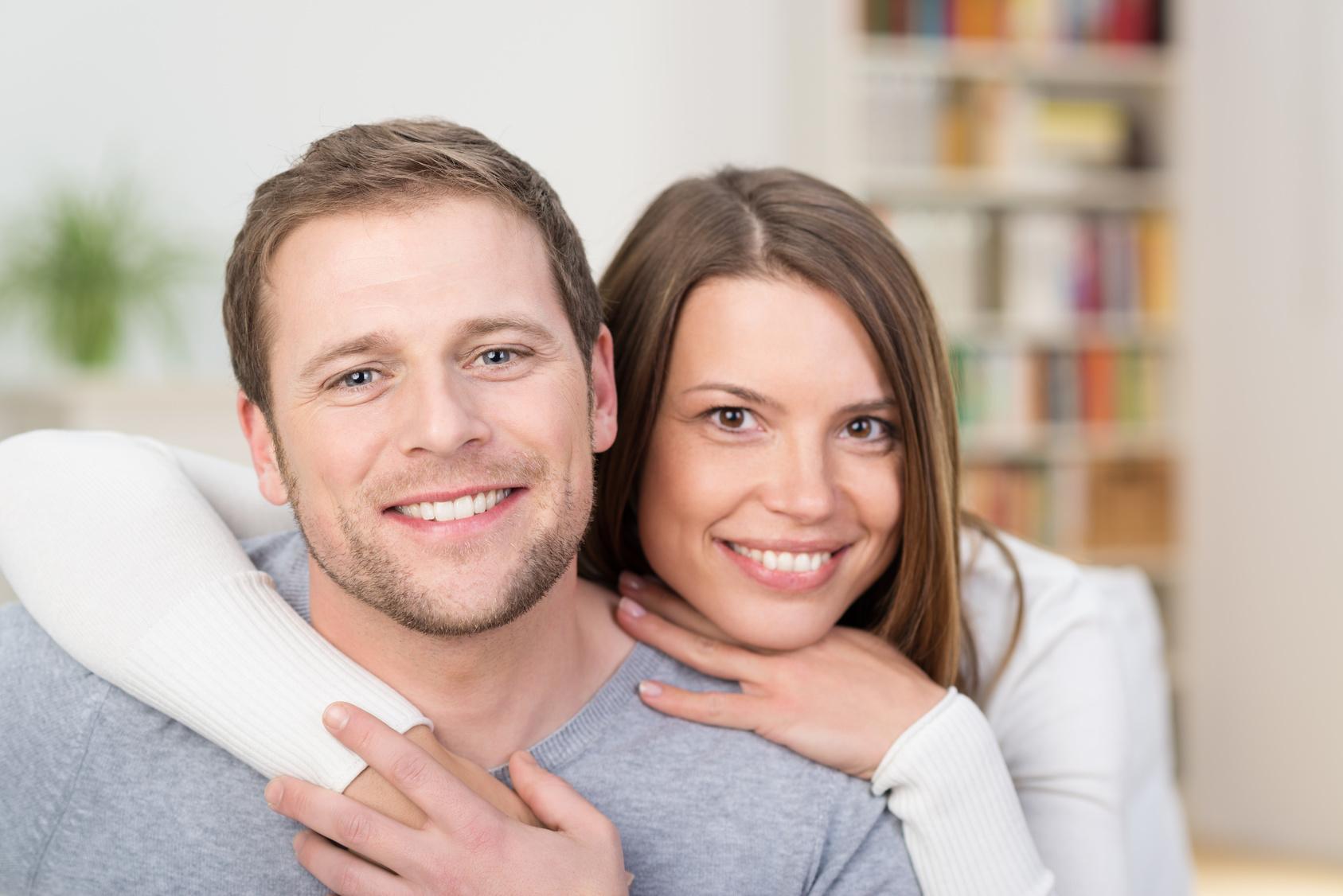 glückliches junges ehepaar umarmt sich