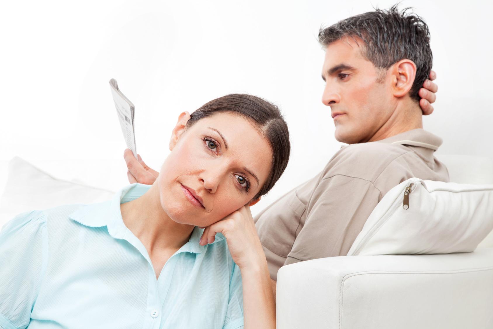 Älteres Paar im Wohnzimmer schweigt sich demonstrativ an