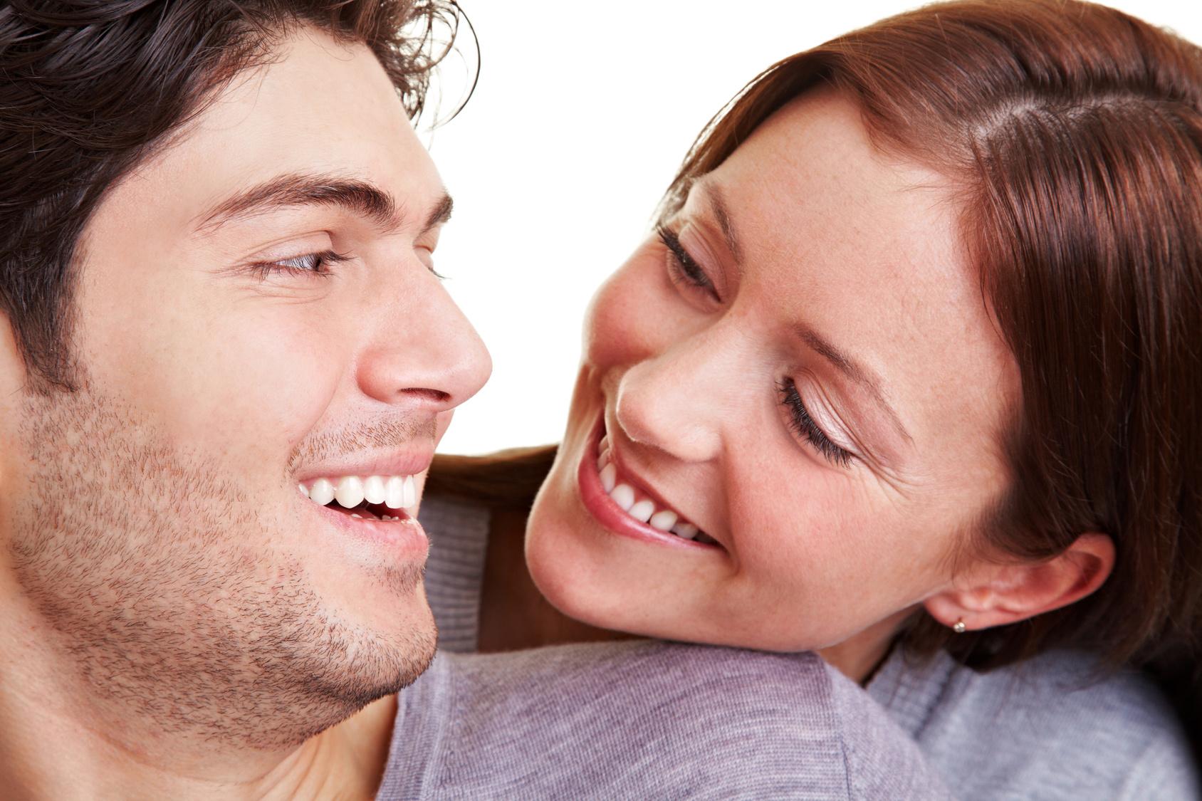Glückliches junges Paar lacht sich an
