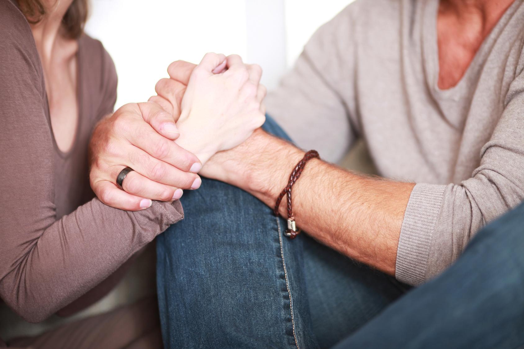 verliebtes Paar hlt die Hand