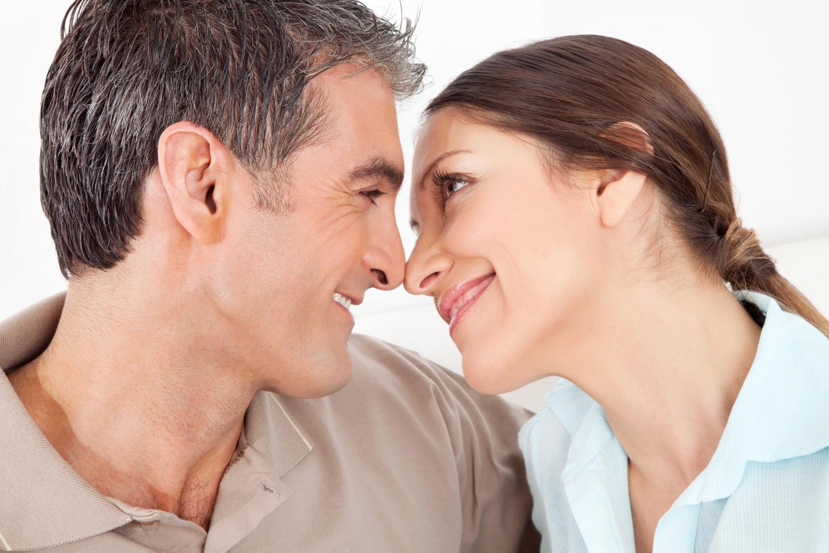 Verliebtes älteres Paar schaut sich tief in die Augen